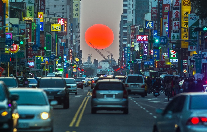 There will be an frenzy of trying to catch a glimpse of the breathtaking sunset in Kaohsiung that can be compared with Manhattanhenge today (Nov. 12)