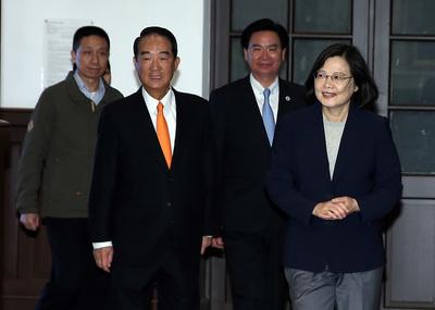 總統蔡英文(右)13日在總統府接見我國出席APEC代表團時,與APEC代表宋楚瑜一同步入會場。中央社