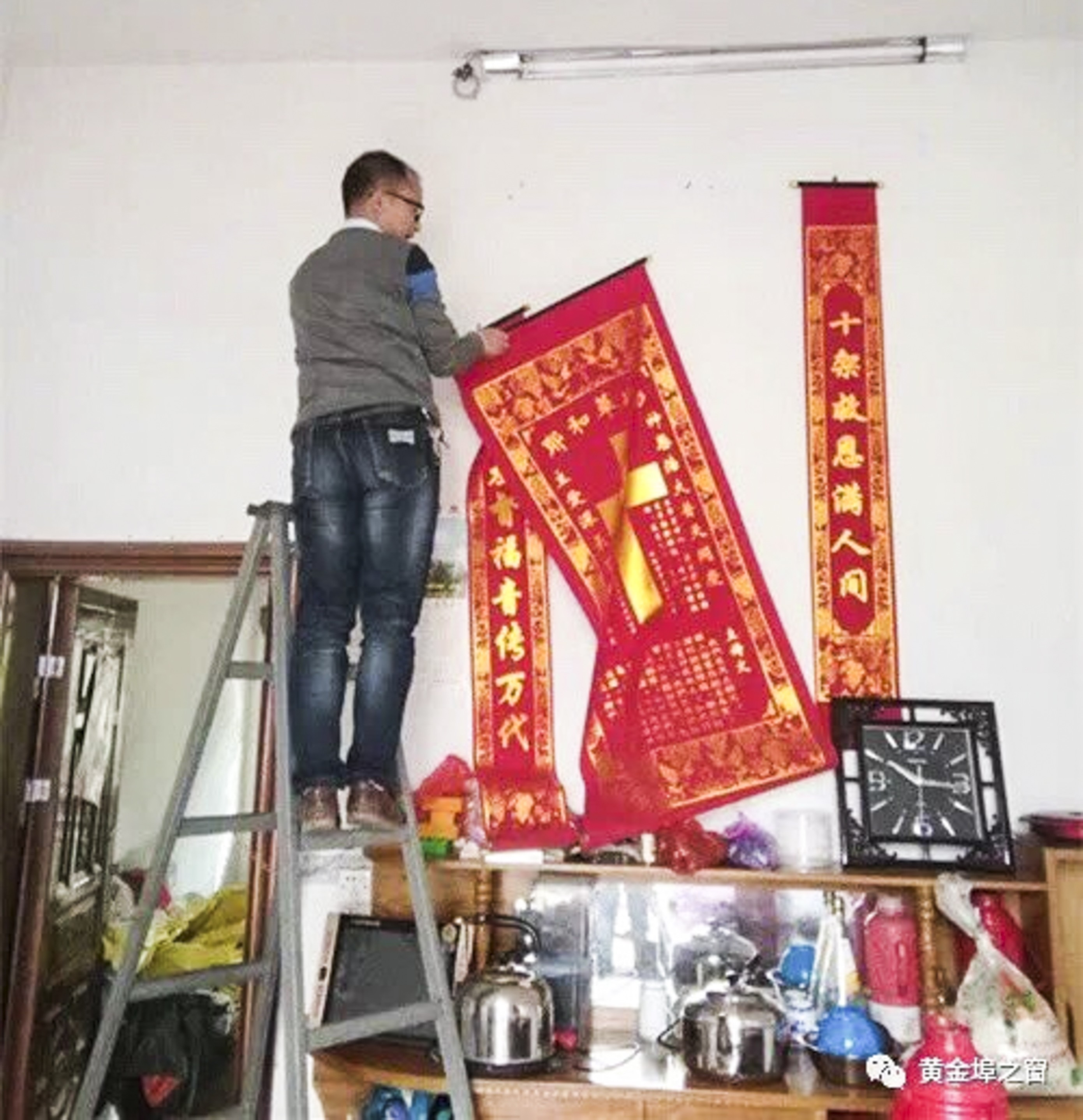 Men take down religious artifacts to replace by the picture of Xi in Yugan county of China. Image source: Lvv2.com