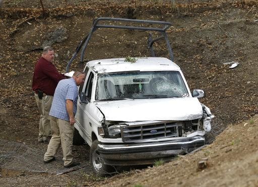美國北加州一瘋狂男子一邊開車一邊隨機瘋狂射殺路上無辜駕駛與行人,圖為受害車輛。(圖片來源:美聯社)