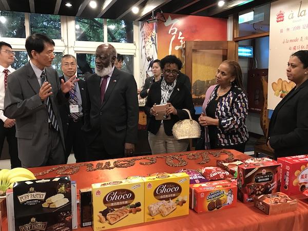 貝里斯外長與訪團參訪義美食品工廠。(台灣英文新聞)