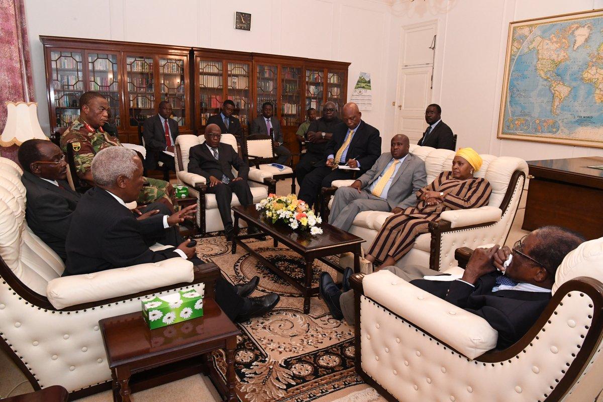 穆加比正與軍方領袖談論未來規劃。(翻攝Caesar Zvayi推特)