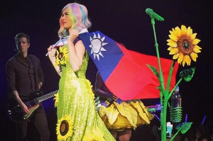 Katy Perry wearing Taiwan flag at concert in Taipei in 2015. (jeremy_yang_/Instagram)