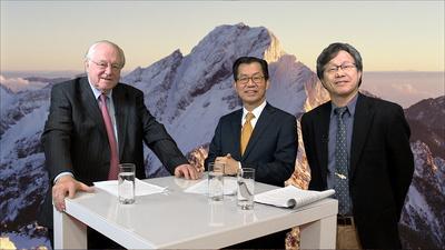環保署長李應元(中)在駐德代表謝志偉(右)陪同下,接受德國記者畢克曼專訪。中央社