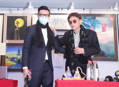 傅達仁(右)19日由兒子傅俊豪(左)陪同,在台北與媒體見面,分享赴瑞士之旅的心路歷程。中央社