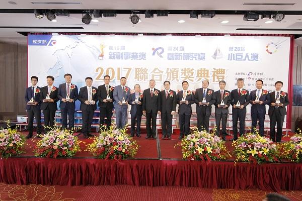 經濟部中小企業處吳明機處長(左)與Openfind 執行長廖長健(右)合影。