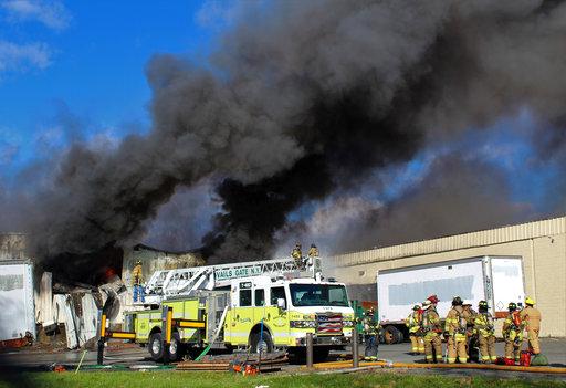 美國紐約北部郊區的一間化妝品工廠於當地時間20日上午兩度發生爆炸事件。(圖片來源:AP)