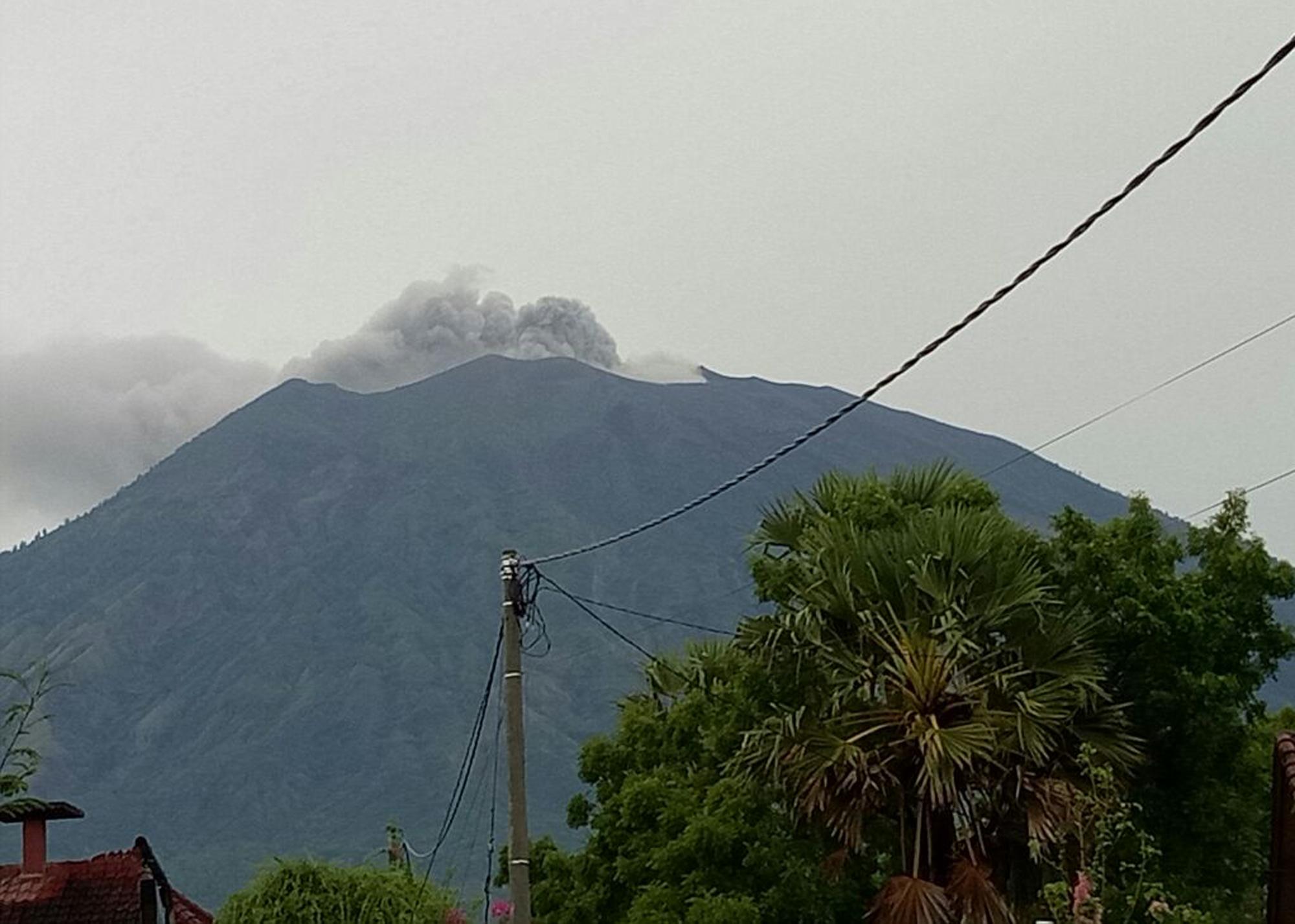 印尼峇里島阿貢火山(Agung Volcano)再次噴發火山灰。(照片由美聯社提供)