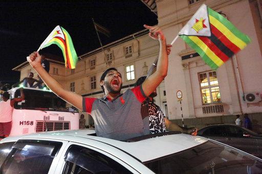 21日直至深夜,首都四處仍有民眾慶祝穆加比下台,人民跳舞自由歌唱,期待新氣象到來。(圖片來源美聯社)