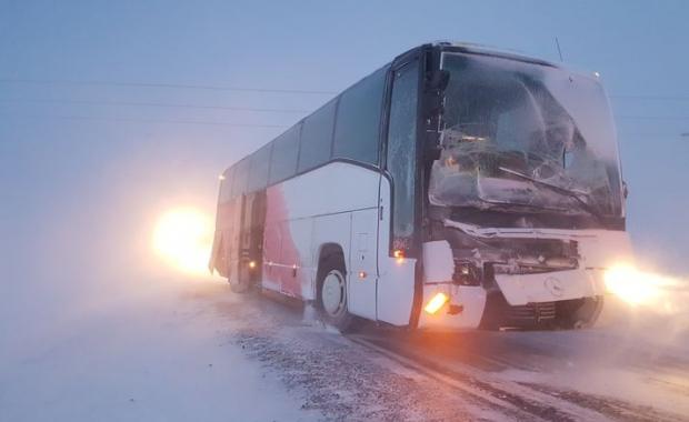 2 members treated briefly in hospital for minor injuries. (source: icelandmag.visir.is)