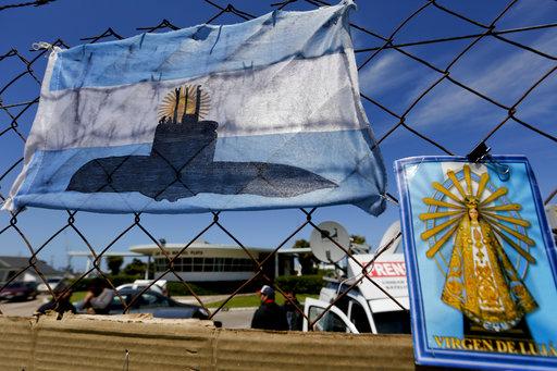 官兵家屬在Mar de Plata 海軍基地外,掛起畫有失蹤潛艇的阿根廷國旗,希望能有好消息傳來。美聯社