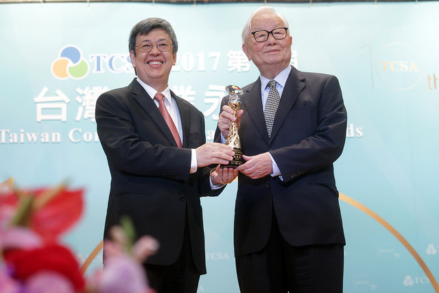 Vice President Chen Chien-jen (left) bestows a lifetime achievement award on TSMC Chairman Morris Chang during the Taiwan Corporate Sustainability Awa...