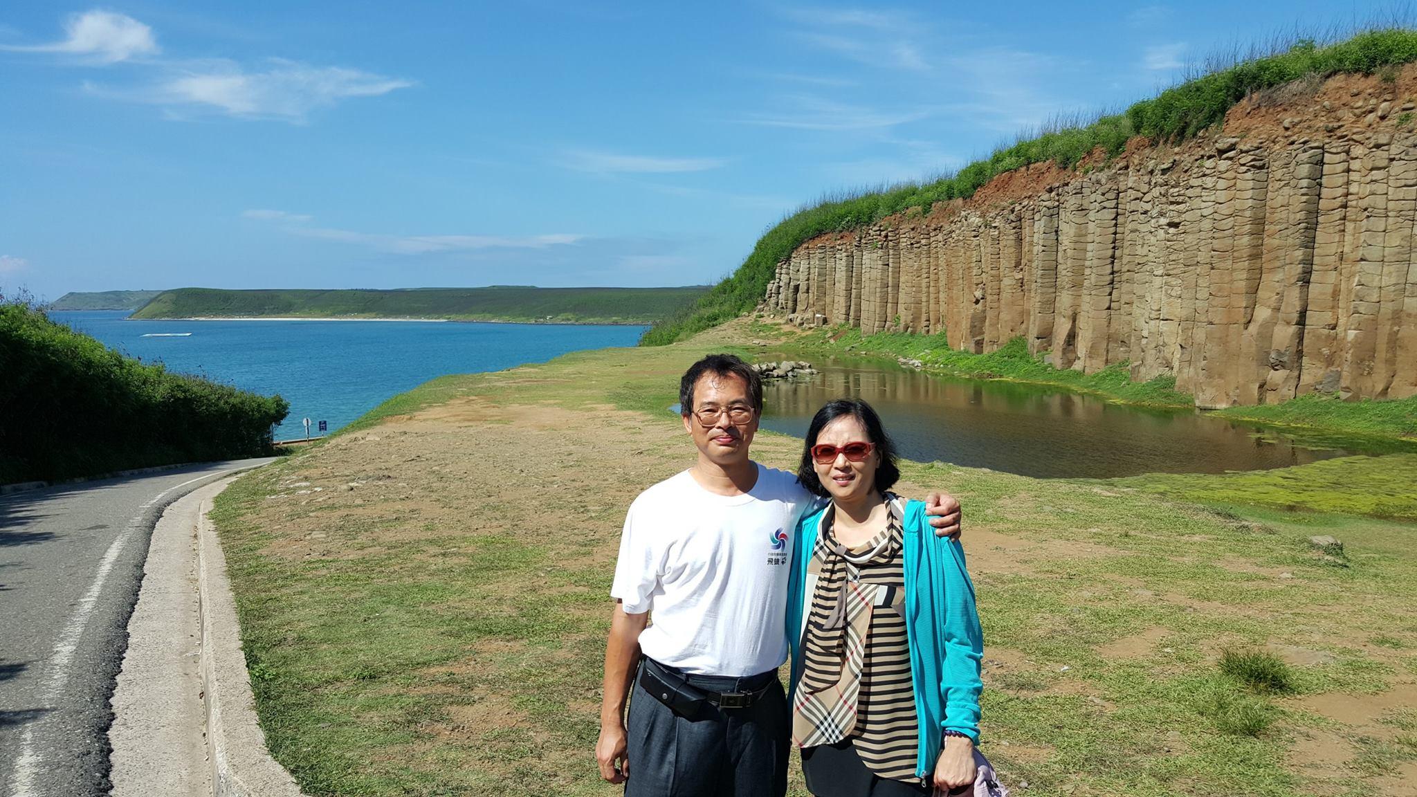 遺愛人間的侯武忠醫師(左),生前與妻子陳慧娟甜蜜合影。翻攝臉書