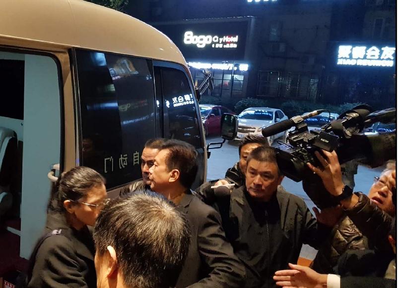 李凈瑜(左1)及陪同的海基會人員和友人抵達湖南省岳陽市下塌飯店,飯店人員限制及阻擋媒體拍照。中央社