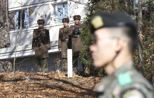 北韓軍人和韓國軍人在兩韓交界(圖片來源:美聯社)