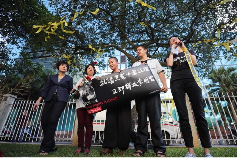 台灣人權促進會28日下午在台北召開記者會,譴責中方逮捕李明哲及判刑,舉標語表達要求中國即刻釋放李明哲等訴求。中央社
