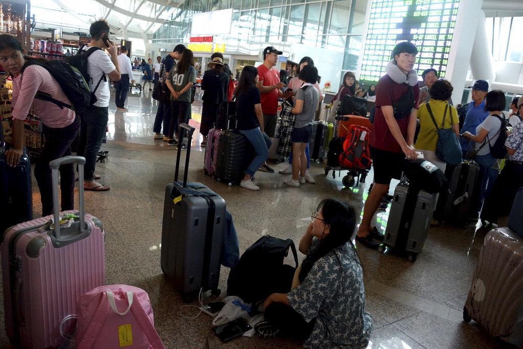 印尼峇里島機場關閉近3天,大批旅客滯留在機場(美聯社29日資料照)
