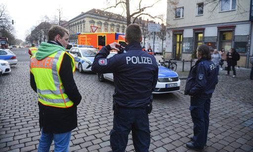 員工打開不明包裹發現大量電線及螺絲頂後,隨即報警。警方到場封鎖周圍區域,進行搜索。(美聯社)