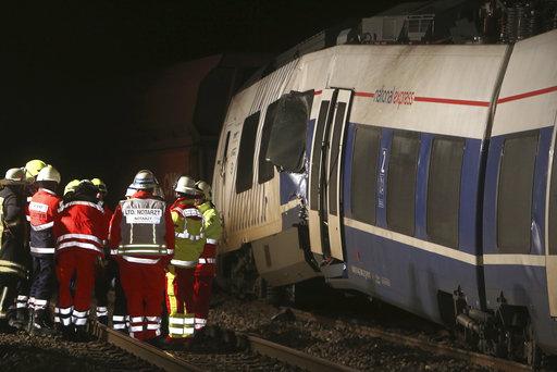 列車和消防員(圖片來源:美聯社)