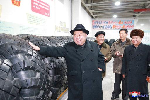 北韓領袖金正恩參觀工廠(圖片來源:美聯社)