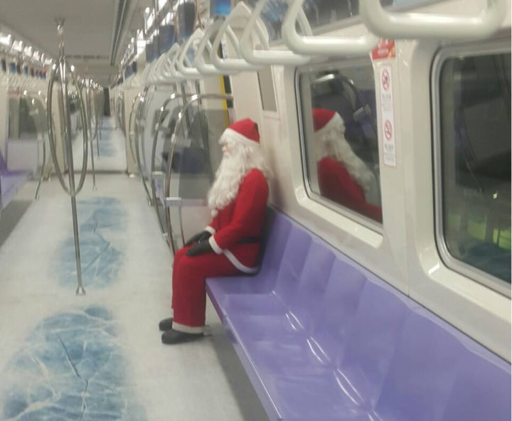 Lonely Santa on Taipei subway. (PTT image)