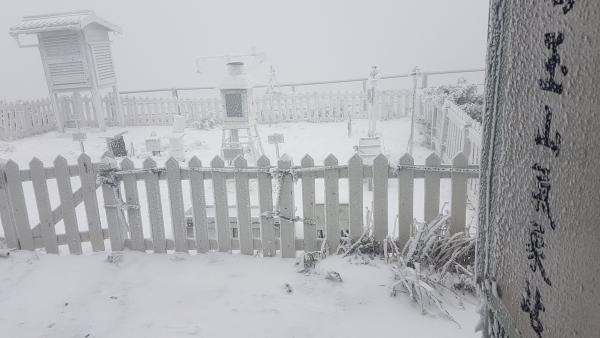Snow on Yushan weather station. (CWB image)