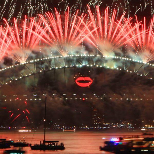 今年跨年雪梨彩虹瀑布煙火秀的模擬圖之一 (圖片來源: 2017雪梨跨年夜官網)