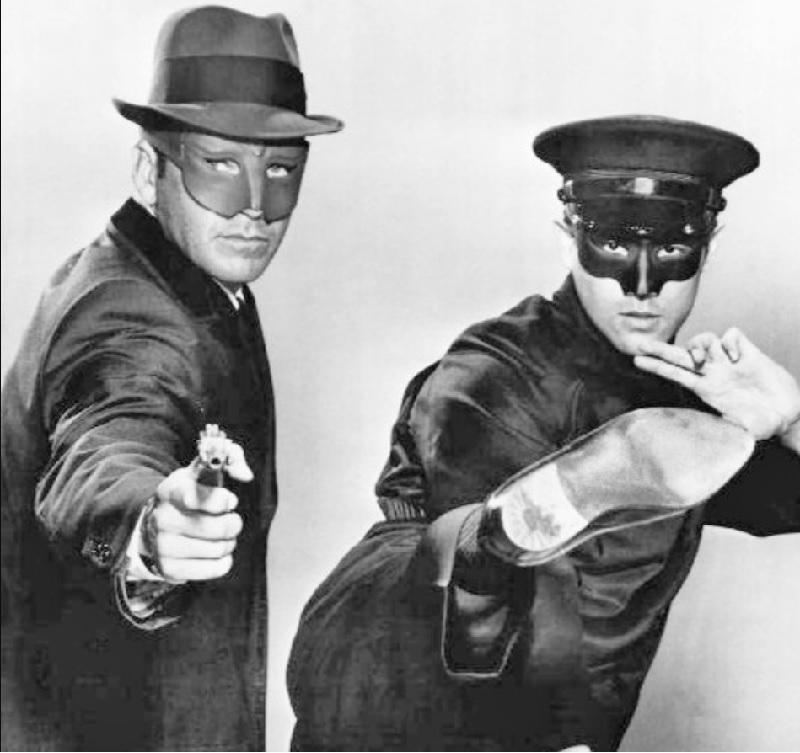 圖為李小龍(右)1966年在電視劇《青蜂俠》的造型 。翻攝維基百科