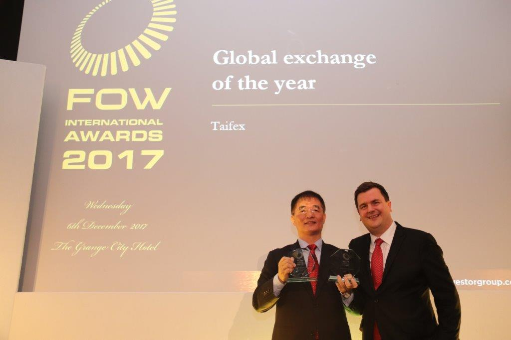 期交所榮獲FOW國際獎項之全球年度交易所,Global Investor集團董事Mr. William Mitting(圖右)與期交所劉連