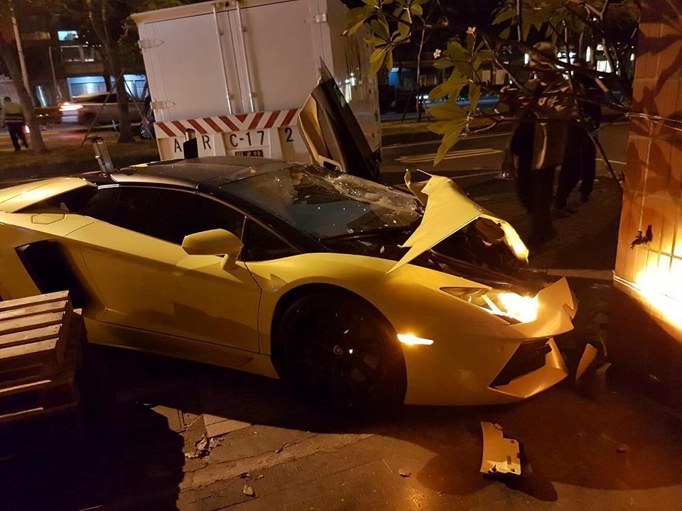 Crumpled Lamborghini. (Image from 爆料公社)