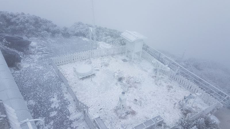 Jade Mountain gets snowier overnight.
