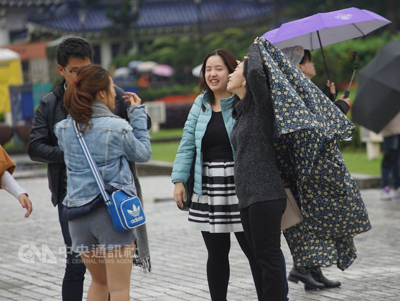 Temperature will rise in the daytime and cloudy to sunny weatherconditions are expected all over Taiwan on Sunday