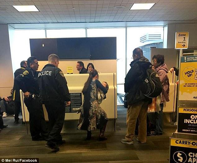 芮美一家老小被趕下飛機。翻攝英國《每日郵報》