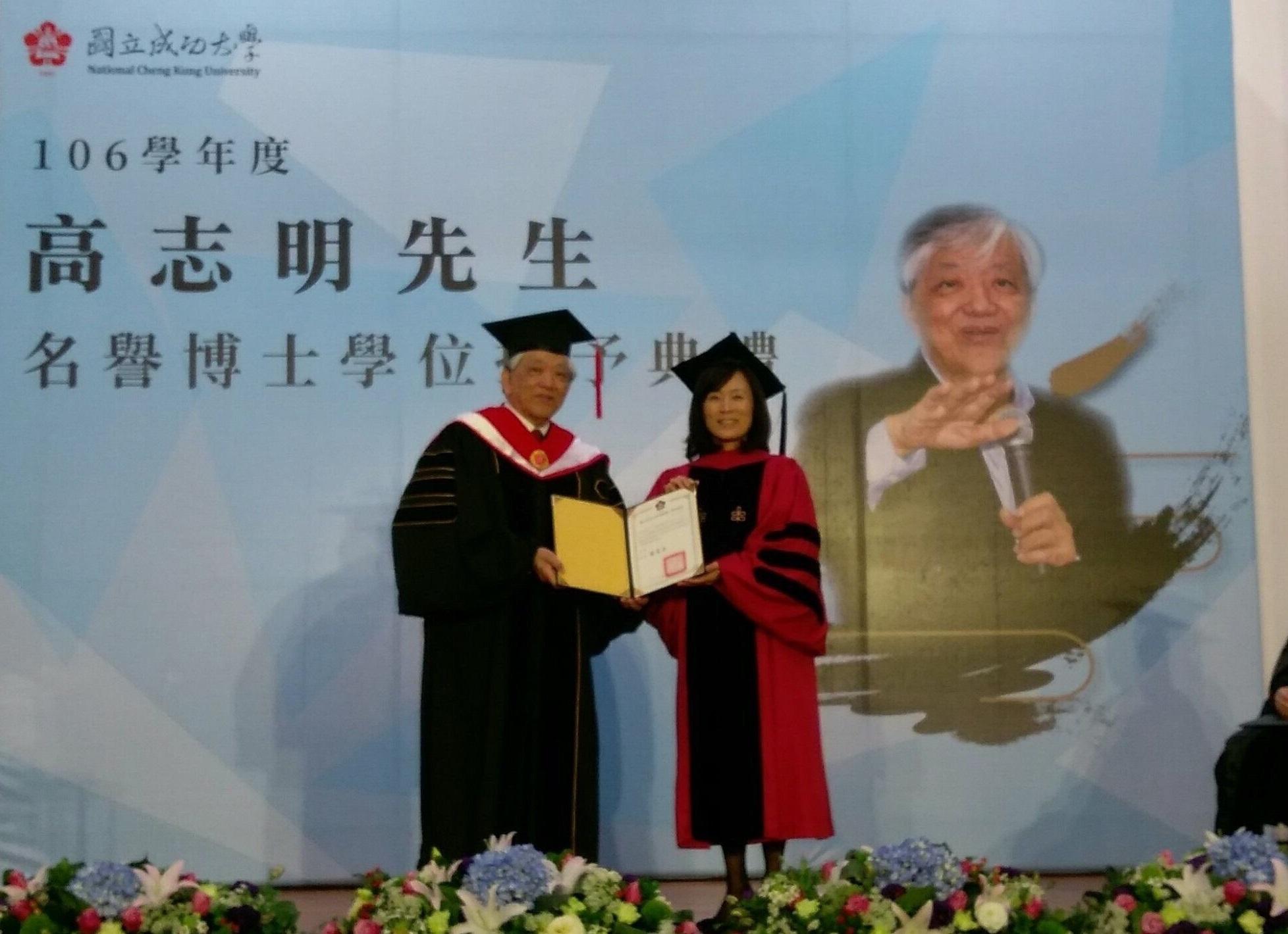 成功大學校長蘇慧貞(右)13日上午頒授名譽博士學位證書予義美食品總經理高志明(中)並合影。