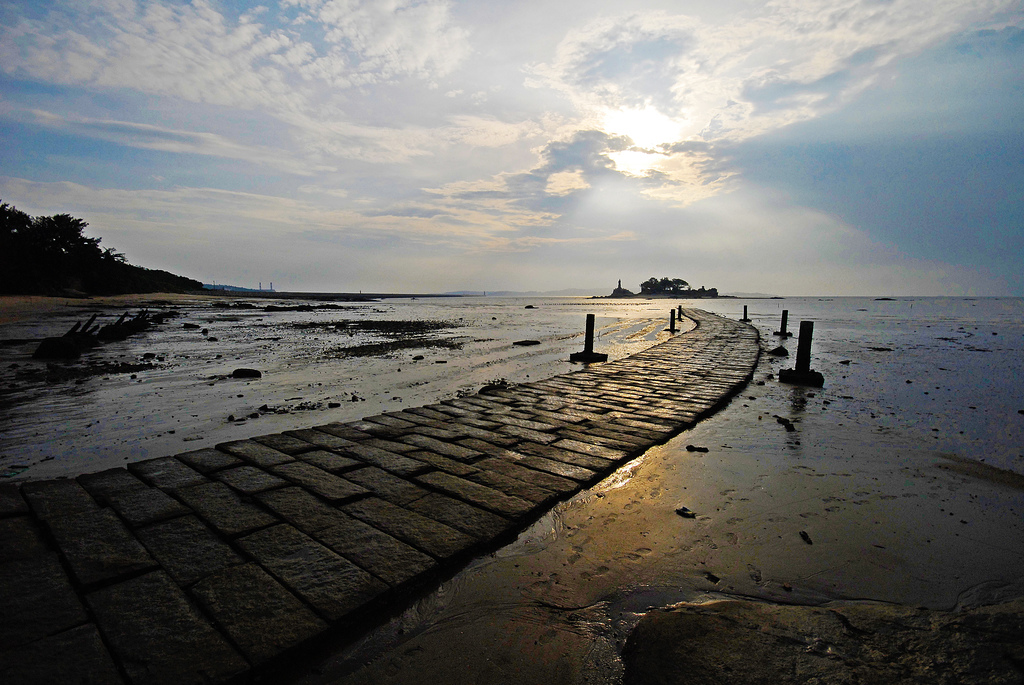 The pathway to Jiangong Islet is accessible only at low tide. (Photo: Kinmen County Government)