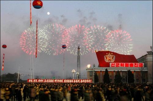圖為北韓12月1日放煙火,慶祝飛彈試射成功。美聯社