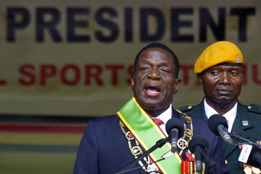 對於農業部長的新政策,辛巴威新總統Emmerson Mnangagwa(左)卻承諾,不會改變現有土地持有人與權利,但他會盡力彌補前白人地主...