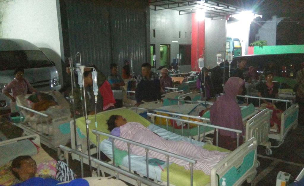 醫院外擠滿因地震而受傷的民眾。(美聯社)