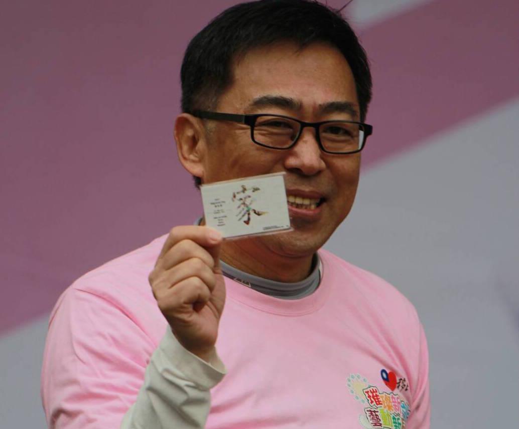 移民署長楊家駿向媒體展示移民署特製版悠遊卡。