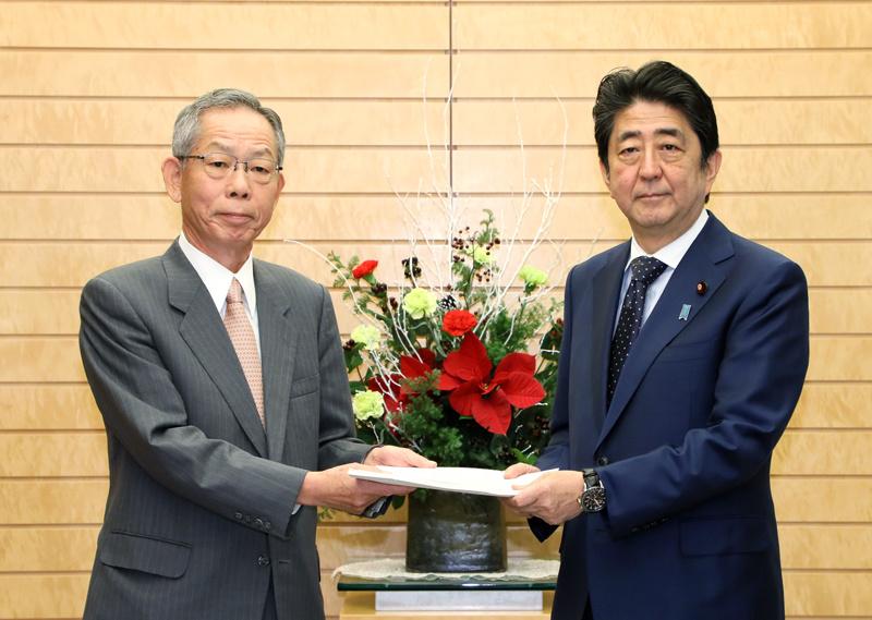 日本首相安倍晉三(右)接受意見書(圖片來源:日本首相官邸官網)