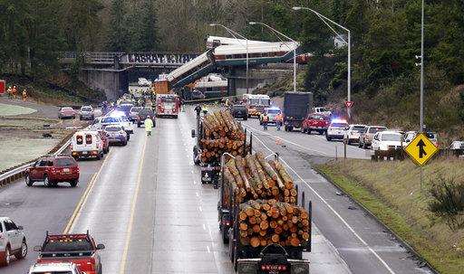 有些車廂自高架鐵路摔落下方交通繁忙的州際公路,當局已證實3人喪生,百人受傷。(圖片來源:AP)