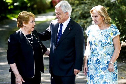 左起依序為智利現任總統巴舍萊、總統當選人皮奈拉及其夫人。美聯社