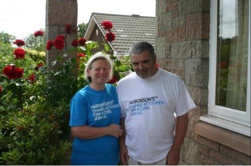 圖為喬伊(左)和已故的丈夫生前合影。翻攝www.heraldscotland.com