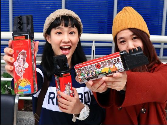 由文創設計師陳捷妤(左)、黃靖雯(右)研發的阿里 山蒸汽火車造型礦泉水瓶,19日亮相。中央社