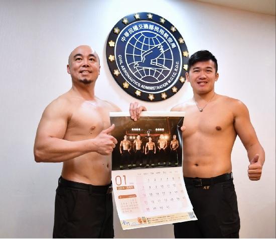 金門航空站消防員陳光宇(右)、蔡其俊(左)參與月曆拍攝,秀出結實肌肉。中央社