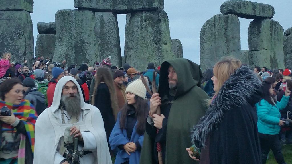 圖為民眾聚集英國威爾特郡的巨石陣,觀賞一年當中最短日照。