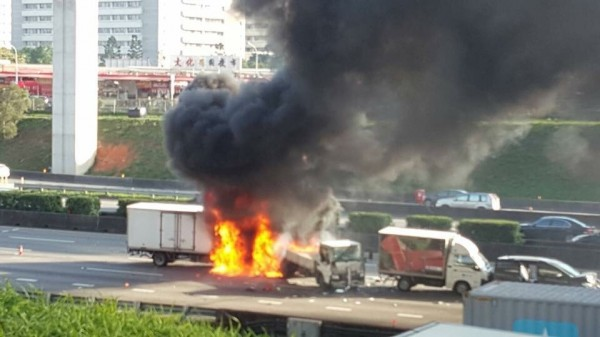 Three people died in freeway fire (photo courtesy of New Taipei City Fire Department).