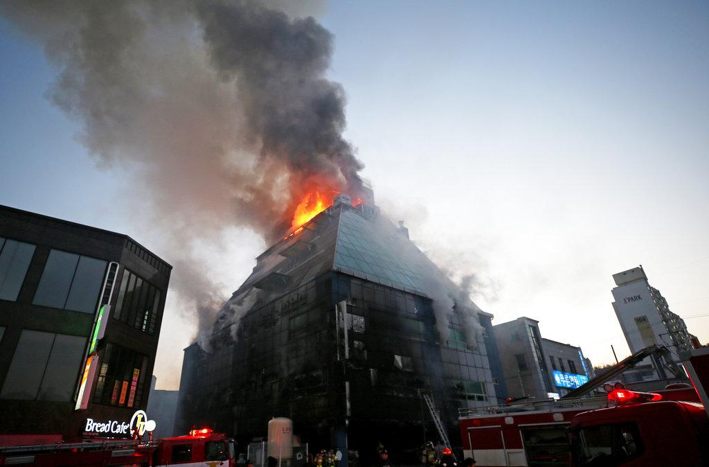 南韓中部忠清北道堤川市一棟8層樓高的健身中心發生大火,造成29死、29傷。(美聯社)