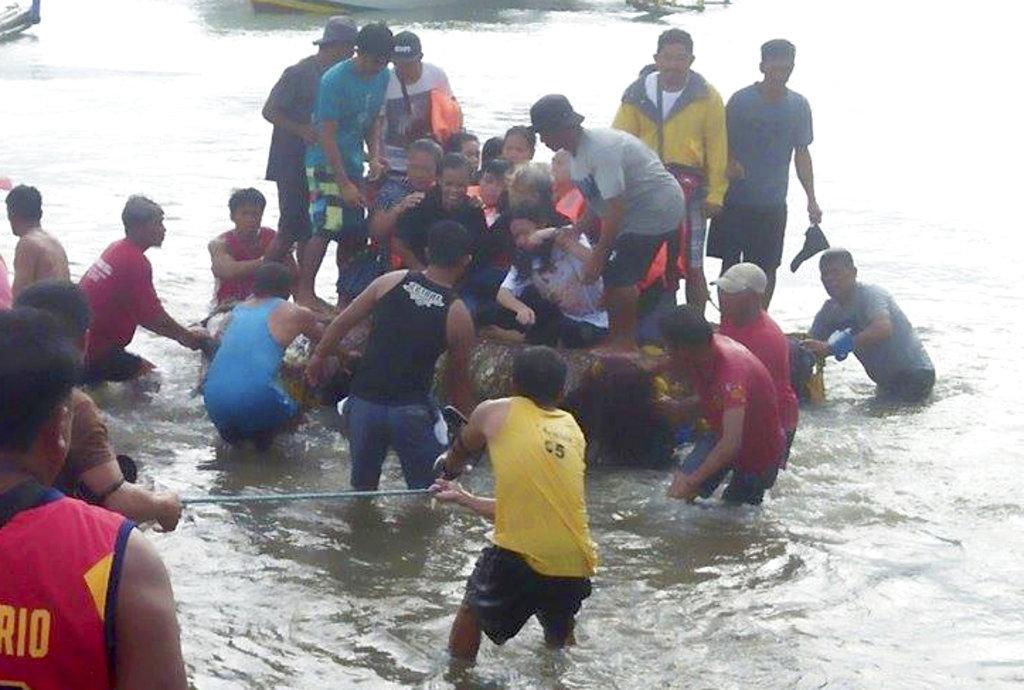 海軍、菲律賓海巡署和附近漁船陸續救起大約240人。 (美聯社)