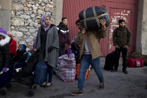 隨著官員造訪的日子接近,群眾抗議的聲浪也隨之起舞,他們在難民營的外圍寫下威脅性訊息:「歡迎來到Moria監獄。」(圖片來源:AP)